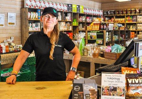 """""""MITT ANDRE HJEM"""": Mette Myhrebakken føler hun vant gullbilletten da hun fikk jobben i Brandbu Torghall. - Dette er blitt mitt andre hjem, sier hun."""