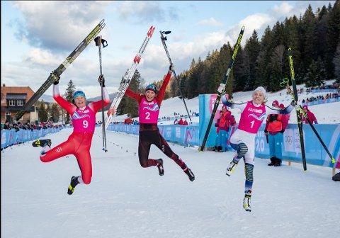 TOPP TRE: Medaljevinnerne fra søndagens sprint i Ungdoms-OL, med sølvvinner Anna Heggen fra Harestua til venstre. I midten vinneren Siri Wigger fra Sveits og til høyre bronsevinner Märta Rosenberg fra Sverige.