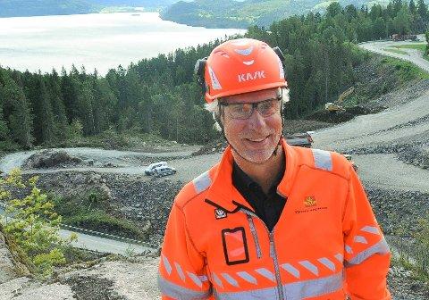 FLERE STANS ENN VANLIG: Delprosjektleder Øyvind Storløkken i vegvesenet forteller hvorfor det blir noen ekstra stans på E16 på strekningen mellom Sandvika og Skaret de nærmeste dagene.