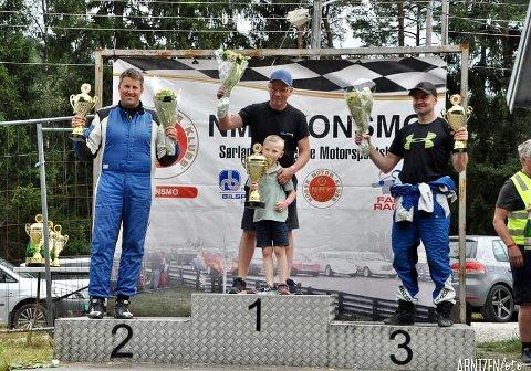PALLEN: Seks år gamle Markus fikk være med bestefar Lars Morten på pallen etter seieren i NM-runden på Konsmo. Hjemmefavorittene Olav Fredriksen (til venstre) og Søren Snartemo tok de andre pallplassene.