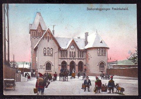 FREDRIKSHALD STASJON: Her avbildet på et kolorert postkort, brukt i 1919.
