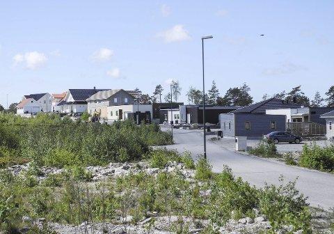 SOLGT: Den fremste husrekka er nesten fylt opp med boliger mot Iddefjorden.