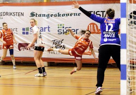 Miriann Sæther og HHK i aksjon mot Vipers i Remmenhallen.