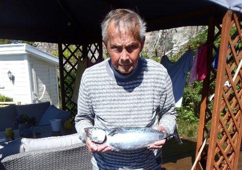 FISKEREN: Roy Erik Lindberg med fisken han fanget.