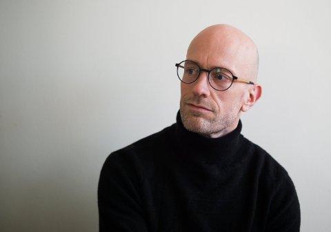 BOKAKTUELL: Henrik Sætra har nå gitt ut boken «Spill spillet». Han bor i Halden og arbeider som førstelektor ved Høgskolen i Østfold.