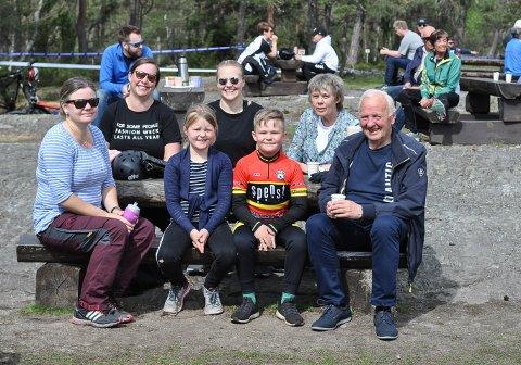 SOL OG KOS: Linda Kvalheim /fv), Cathrine Jørgensen, Aurora Jørgensen, Pernille Elise Jørgensen, Ulrik Jørgensen, Elisabeth Erlandsen, Arne Jørgensen koste seg i Høiås-sola.