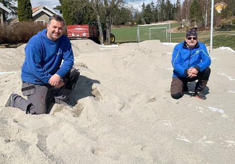 40 KUBIKKMETER: Tor Erik Sørbrøden og Trond Vangberg er blant ildsjelene som sørger for en etterlengtet oppgradering av sandvolleyballbanen på Stenrød.