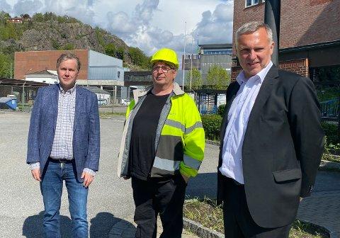 Kjell Arve Kure (t.v) slutter på Saugbrugs 1. september. Den avgjørelsen er hovedtillitsvalgt Paul Kristiansen (i midten) svært uenig i. Til høyre står konserndirektør Sven Ombudstvedt. Bildet ble tatt da Senterpartiet besøkte Saugbrugs i juni.