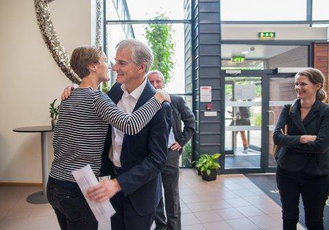 MØTTE LEDEREN: Arbeiderpartiets listetopp i Hedmark, Anette Trettebergstuen, hilser på Jonas Gahr Støre.