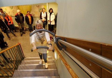 OPP TRAPPA: Den første trapperullatoren i Hordaland ble installert på Bokkotunet i forrige uke. Nyvinningen skal gjøre det tryggere og enklere for eldre å ta seg opp og ned.