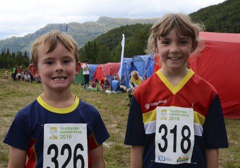 To av de yngste deltakerne: Sigurd Oma Løyning (6) og Rannveig Oma Løyning (8) fra Odda Orienteringslag har akkurat fullført en løype på 1,7 kilometer. – Det gikk helt greit, sier de.
