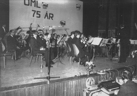 75 år: Feststemning i kinosalen. Odda Musikklag sin konsert i mars 1982.