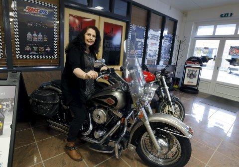 På vinterlagring: Flott sykkel dette, sier Pauline Miljeteig og setter seg på denne Harleyen, en Heritage Softail, som hun har på vinterlagring.