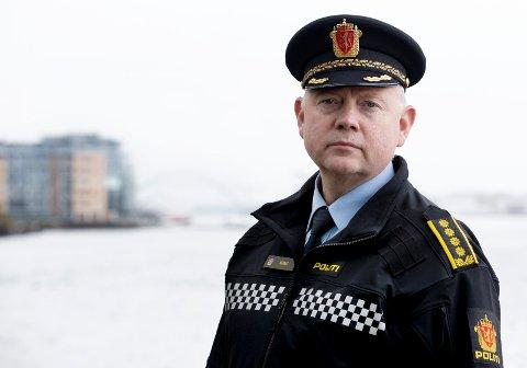 ØKT BEMANNING: Stasjonssjef ved Haugesund politistasjon Edgar Mannes forteller at de får inn en del henvendelser om brudd på smittevernregler.