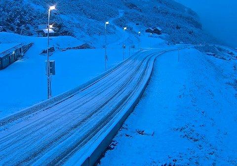 Bilister ble møtt av 5-10 cm snø i veibanen tirsdag morgen.