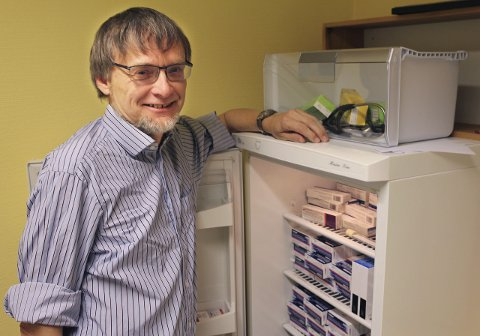 ÅRETS INFLUENSAVAKSINE: Kjøleskapene på Helsestasjonen i Mosjøen er bunkret opp med vaksine. Smittevernlege Øyvind Rømo kommer med en sterkt oppfordring til risikogrupper om å ta vaksinen. I neste uke kan alle over 65 år få vaksine på bedehuset.Foto: Marit Almendingen