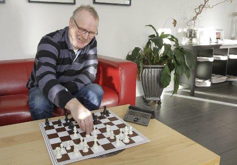 NNM til Mosjøen: Mosjøen sjakklubb skal arrangerer nordnorsk mesterskap i mai. Leder Torger Nilsen har allerede forberedt påmelding og innhold i mesterskapet.  Foto: Per Vikan