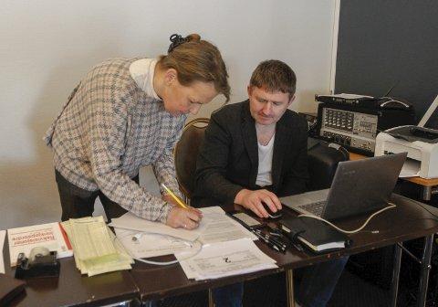 ORDEN: Ellen Gotaas samordner med hoveddommer Torbjørn Dahl fra Hell sjakklubb. Begge er viktige brikker under NNM. Foto: Per Vikan