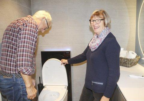 GODT FORNØYD: Kåre Johan og Marianne Åsli har fått dusjtoalett på sitt nye bad. – Vi hadde egentlig ikke planlagt det, men ble overtalt. Etter at vi fikk kontroll på automatikk og fjernkontroll så er vi superfornøyd. Og barnebarna elsker det, sier Marianne.