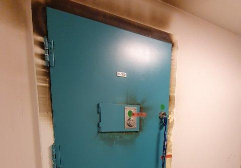 Slik ser det ut på utsiden av cella hvor det brant i Mosjøen fengsel fredag.