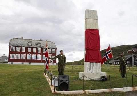 NY PLATE: I 2014 var det 70 år siden tyskerne trakk seg ut av Finnmark. I Kiberg ble det markert med at minnebautaen over falne partisaner ble tilført flere nye navn. Nå kan bygda kanskje bli åsted for et nasjonalt senter for partisanhistorie. foto: anniken renslo sandvik