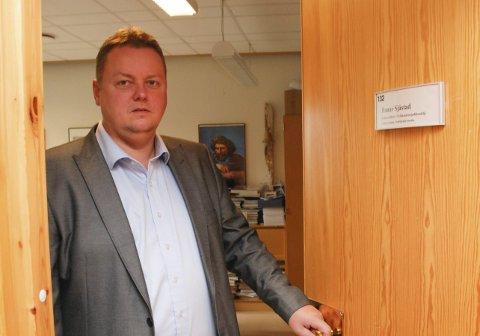 VIL HA SVAR: Fylkesordfører Runar Sjåstad (Ap) vil be om et møte med Avinor, etter at det har fremkommet informasjon    om at en innkorting av rullebanen ved Lakselv lufthavn kan få konsekvenser for flytyper som allerede benytter flyplassen.