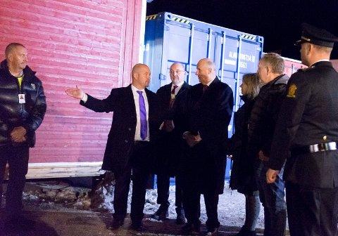 Kong Harald på omvisning på Ankomstsenter Finnmark på Høybuktmoen id esember 2015.. På bildet er også Frode Sem Hauen i Hero (til venstre), justisminister Anders Anundsen og ordfører Rune Rafaelsen.
