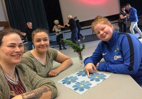 BOLYST: - Det er her vi har lyst til å bo, sier Caroline Moen (23), Sirill Olsen (18) og Malene Njuolla (19) på onsdagens dansekveld.