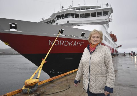 VONDE MINNER: Anne Mari Arvola på kaia 60 år etter hennes verste hurtigrutetur. Da måtte hun reise med lillesøsteren som lå i koma, og som døde før de rakk fram til sykehuset i Hammerfest.foto: alf helge jensen