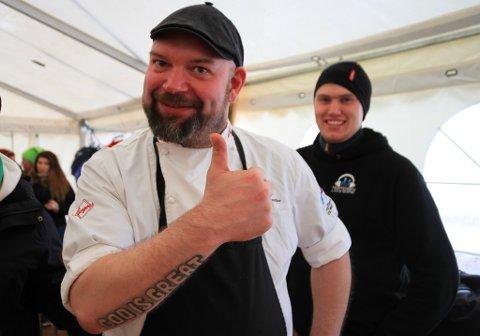 MYE ARBEID: Varangerkokken, Tor Emil Sivertsen, gjør seg klar for å lage sushi til Vadsø. Han forteller mye arbeid går inn i produksjonen, og at det er stor pågang.