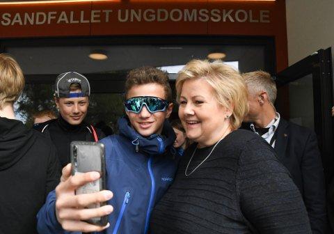 ERNA PÅ MOBILEN: Erna Solberg tar over vår insta med mobilen sin fredag. Her blir hun med på en selfie på Sandfallet ungdomsskole 18. juni 2019.