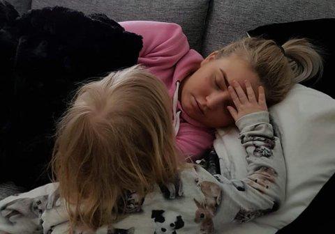 LIVET ENDRET SEG: Etter at Sarah ble syk har livet for henne, samboeren og datteren på seks endret seg drastisk. – Det er tungt å være vekke fra henne, forteller Sarah.
