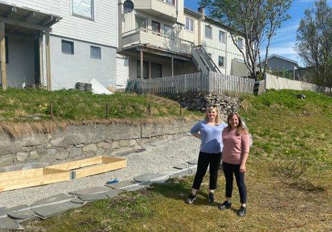 EI GRØNNLOMME: Damene ønsker å skape frodige omgivelser i bakgården. (Fra venstre: Katrine Brochmann (29) og Maria Norman Olsen (35))
