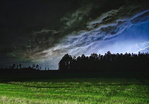 Det er varslet kraftige regn- og tordenbyger på Romerike fredag, og meteorologene har sendt ut et gult farevarsel – som vil si moderat fare – for å forberede innbyggerne på styrtregn. Bildet er hentet fra Blaker.