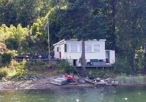 GIS BORT: Denne lille hytta i strandkanten i Fjordveien i Holmestrand gis bort, da eieren skal bygge ny hytte på tomta.