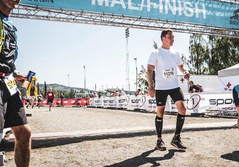 BIRKEN: Her har Fredrik Zachariassen nettopp kommet i mål etter å ha løpt 60 kilomter i Birken Ultra.