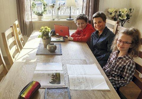 HJemmeskole i tre uker: Mor Eline Sperre Farnes har vært både mor og hjelpelærer for barna Bendik Farnes Bratland (5. klasse, Botne) og Bertine Farnes Bratland (2. klasse, Botne) de siste tre ukene. – Et godt samarbeid mellom elever, lærere og  foreldre har vært nøkkelen til en bra og lærerik hjemmeskole, sier mor til de to. Foto: Privat