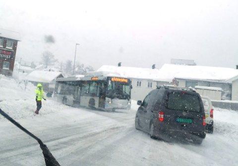 PÅ TVERS: Torsdag morgen sto denne bussen på tvers i busslomma her ved Kleivbrottet. Foto: Randi Amundsen
