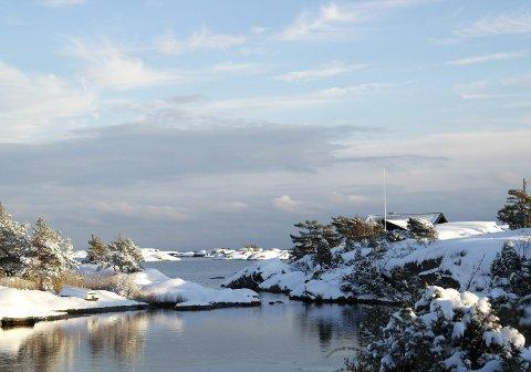 IDYLLISK: Fint med vinterslør i skjærgården, som her ved Stangnes. (Janna Pihl)