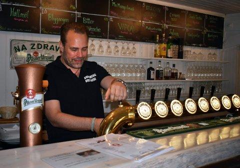 Mikael Rydell ved mikrobryggeriet og bryggeripuben i Opsahlgården, kan nå produsere mye mer øl med det nye bryggerutstyret som Kinn og Austmann har brukt tidligere.