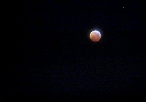I Kongsberg: Det er delvis skyet, men månen kan du såvidt se fortsatt. Bildet er tatt litt over klokken 6 mandag morgen i Kongsberg.