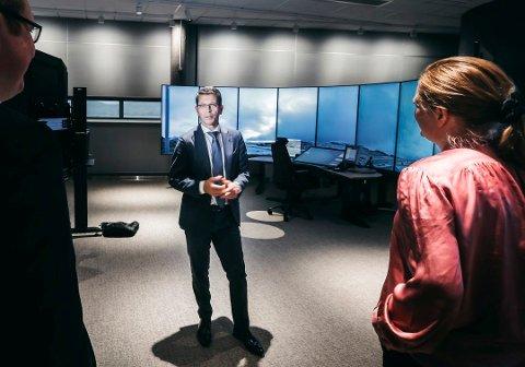 GODT RESULTAT: Konsernsjef Geir Håøy i Kongsberg Gruppen kunne melde om et sterkt resultat og tilleggsutbytte til aksjonærene da han la fram tallene for tredje kvartal fredag morgen. Her fra åpningen av Remote Tower Control i Bodø for et par uker siden.