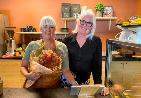 Glade: To Søstre har åpnet igjen, denne gangen i Sandveien senter på Lierstranda. På åpningsdagen ble søstrene Mette (t.v.) og Gro Schøne feiret med blomster.