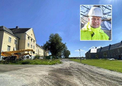 Ferdig med én, klar for nummer to: Utbygger Anders Bjerke (innfelt) har bare en boenhet igjen til salgs i nyoppussede F-bygget på gamle Lier sykehus til høyre. Nå står jobben med bygg C (til venstre) for tur.