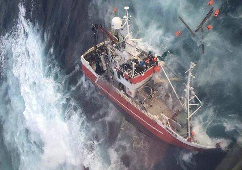 Forlis: Her reddet mannskapet mens «Kim Roger» ligger og slår mot fjæresteinene. Foto: 330-skvadronen