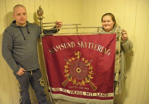 Fant fane: Kristoffer Sandholm og Ingvild Røste ble nysgjerrige på historien rundt Stamsund skytterlag, da de fant denne fanen bortstuet på Skjærbrygga. Alle foto: Geir Inge Winther