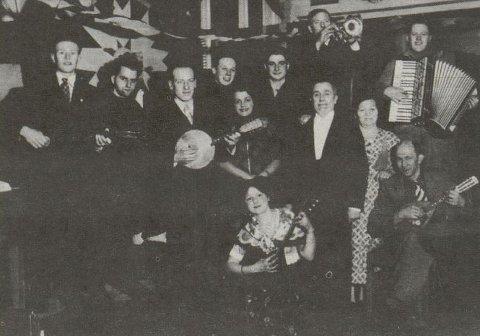På dette bildet ser vi store deler av familien Pickelner. Arvid Pickelner er nummer to fra venstre i bakerste rekke. Mannen til venstre for trompetisten er Samuel Pickelner. Pappa Isak Pickelner står i midterste rekke, ved siden av en dame som kan være konen Anna. I fremste rekke finner vi Esther Pickelner.
