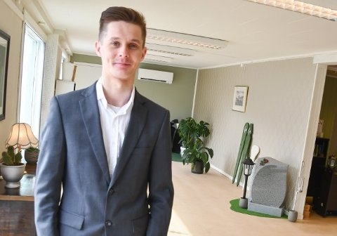 Jan-Robert Butter Simonsen i de nye lokalene til Simonsen begravelsesbyrå på Leknes.