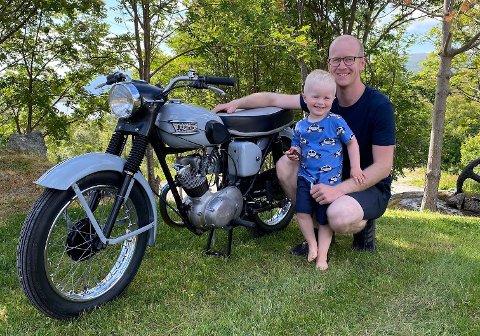 Bjarte Børresen fikk motorinteressen inn med morsmelka, og kjøpte sin første moped i ung alder. Her er han og nevøen foran hans seneste prosjekt: en Triumph T-20 Tiger Cub.