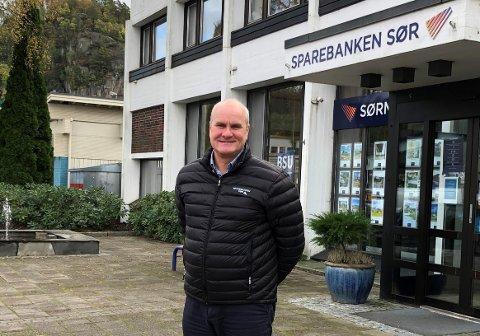 GLEDER SEG: Regionbanksjef Ivar Lindal i Spoarebanken Sør i Lyngdal gleder seg over å kunne støtte turstier.